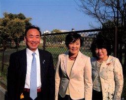 安倍昭恵さん(中央)と籠池夫妻の国有地前のスリーショット写真。2014年4月25日撮影=関係者提供