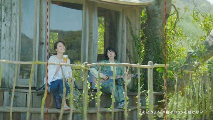 ツリーハウスの弓型に沿った窓枠「GREEN JUKEBOX君編」のワンシーン